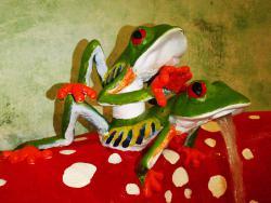 grifo de diseño con forma de ranas. Se cierra bajando la rana de arriba