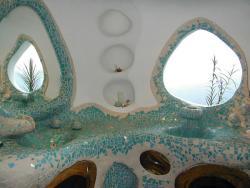 Lavamanos orgánico en ferrocemento y acabado en mosaico con cajones y puertas en madera de cenizaro de una sola pieza