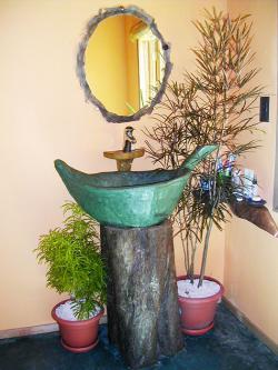Lavamanos orgánico realizado en cemento con forma de hoja